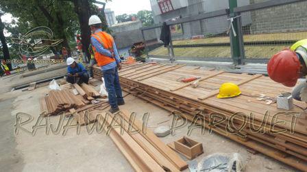 df801-memasang-decking-kayu2b252862529